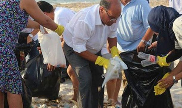 Moncef Marzouki participe au nettoyage de la plage 'Errimal', à Bizerte