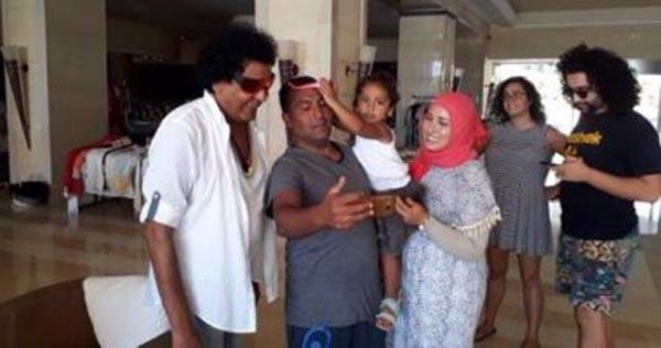 بالصور: بعد وصوله إلى الحمامات...جمهور محمد منير يلتقط معه صورا تذكارية