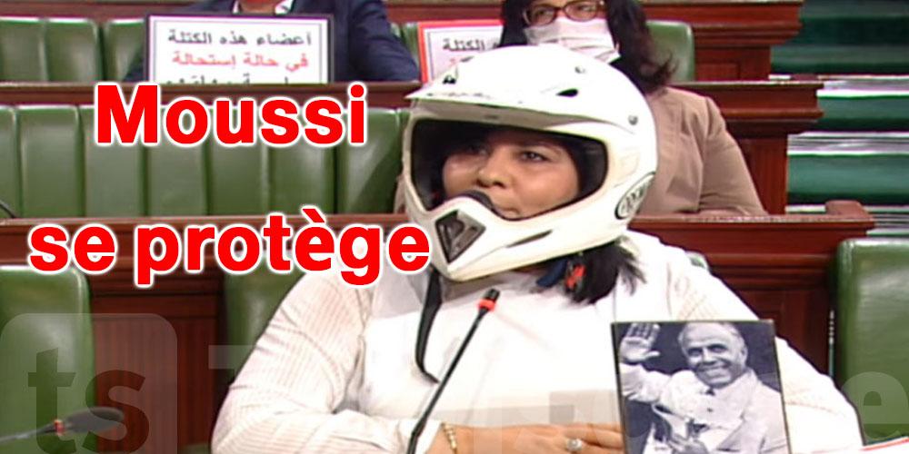 Abir Moussi au Parlement portant un `` casque et un gilet pare-balles ''