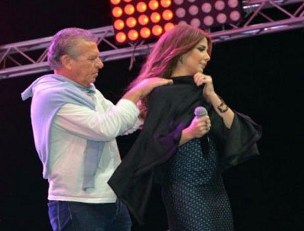 فستان نانسي عجرم يتمزق على المسرح في حفل غنائي