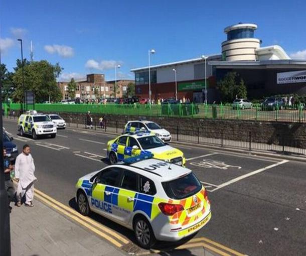 سيارة تدهس مصلين بعد صلاة العيد في بريطانيا