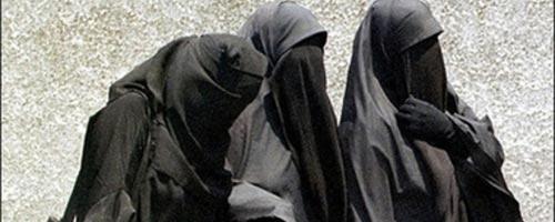 Une enseignante universitaire donne ses cours en portant le Niqab!