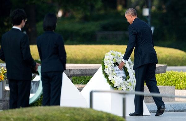 اوباما يضع اكليلا من الزهور امام النصب التذكاري في هيروشيما