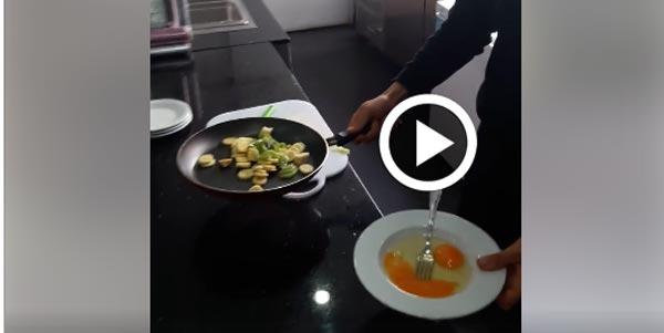 En vidéo : Les piments et les tomates coûtent cher, il prépare une Ojja aux bananes et Kiwis