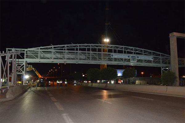 بالصور : تركيز المنشأة العلوية الحديدية الثانية للمترجلين على مستوى الطريق الوطنية 09