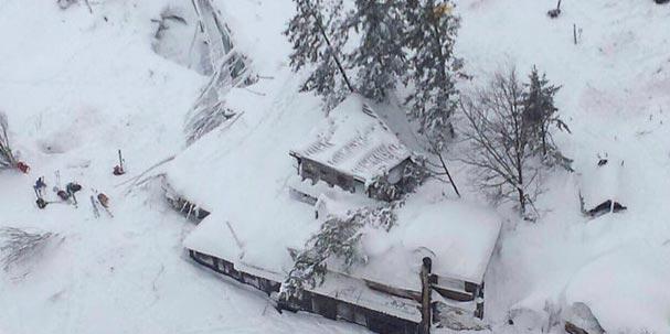 Huit survivants dans l'hôtel englouti par une avalanche à Penne