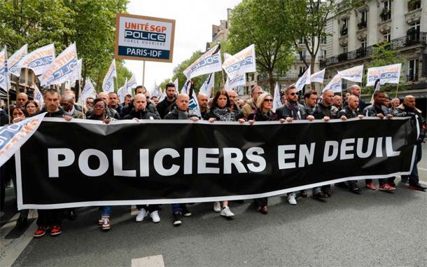 Attentat des Champs-Elysées: des policiers en ''colère'' interpellent Macron et Le Pen