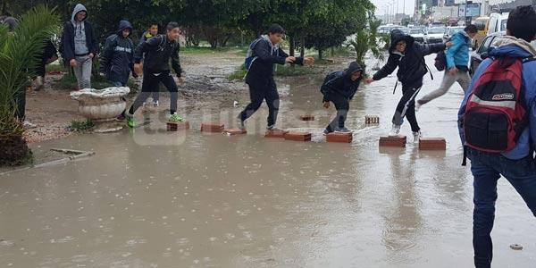Photo du jour : Ces enfants doivent passer plusieurs obstacles pour arriver à l'école