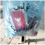 بالصور: برامج الأحزاب السياسية في سلة مهملات شارع الحبيب بورقيبة