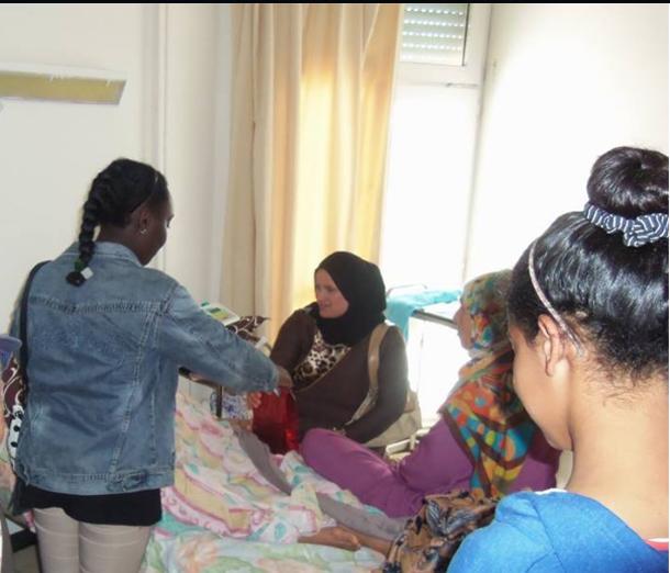 بالصور: تلاميذ مدرسة الرياض بالمرسى محملين بالهدايا لمرضى مستشفى المنجي سليم