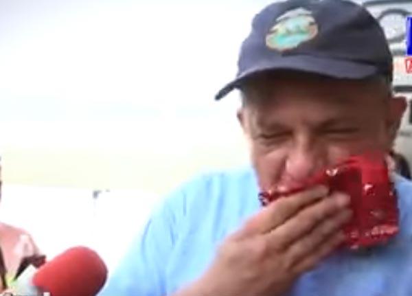 فيديو: هذا ما يحدث عندما تدخل ''حشرة'' في فم رئيس دولة على الهواء مُباشرةً!