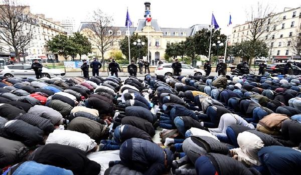 Une manifestation contre les prières de rue en France