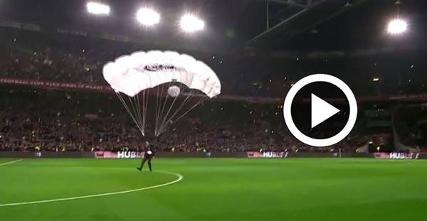En vidéo : Le ballon du match entre l'Ajax Amsterdam et le PSV Eindhoven arrive en parachute