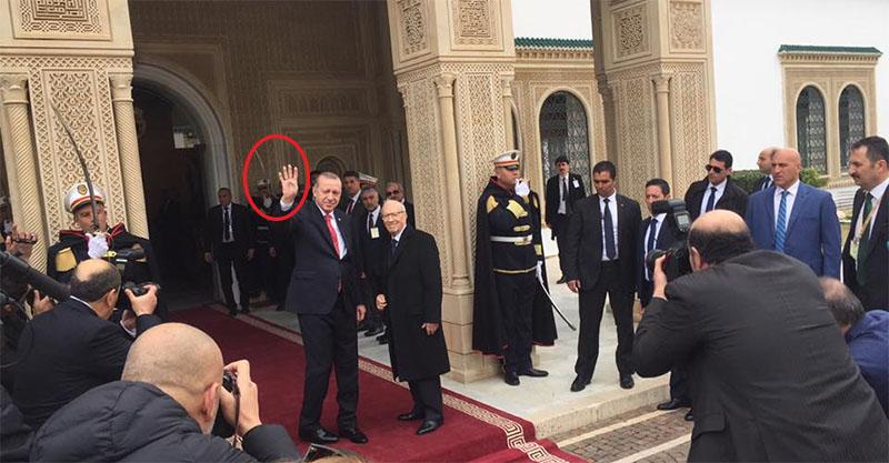 En photo : Erdogan affiche le signe de ''R4bia'' lors de sa rencontre avec Essebsi