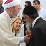 Photo du jour : Main dans la main Othman Battikh et un Rabin à la Ghriba