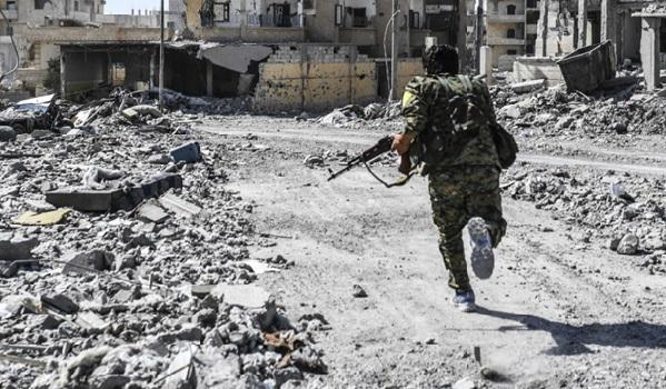 Des dizaines de jihadistes se rendent et Raqqa en passe de tomber