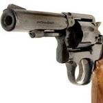 Un pistolet automatique saisi lors d'une descente de police à Kairouan