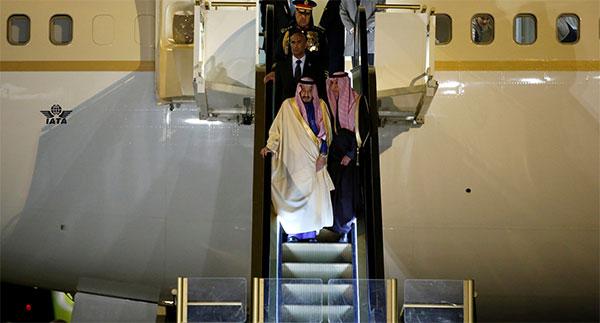 En vidéo: l'escalator du roi saoudien le lâche au mauvais moment !