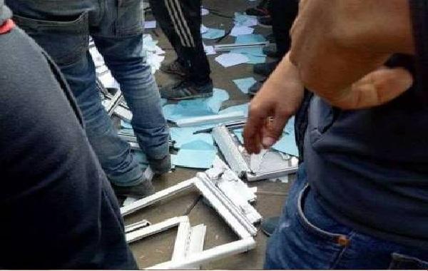 Des urnes des élections saccagées en Algérie
