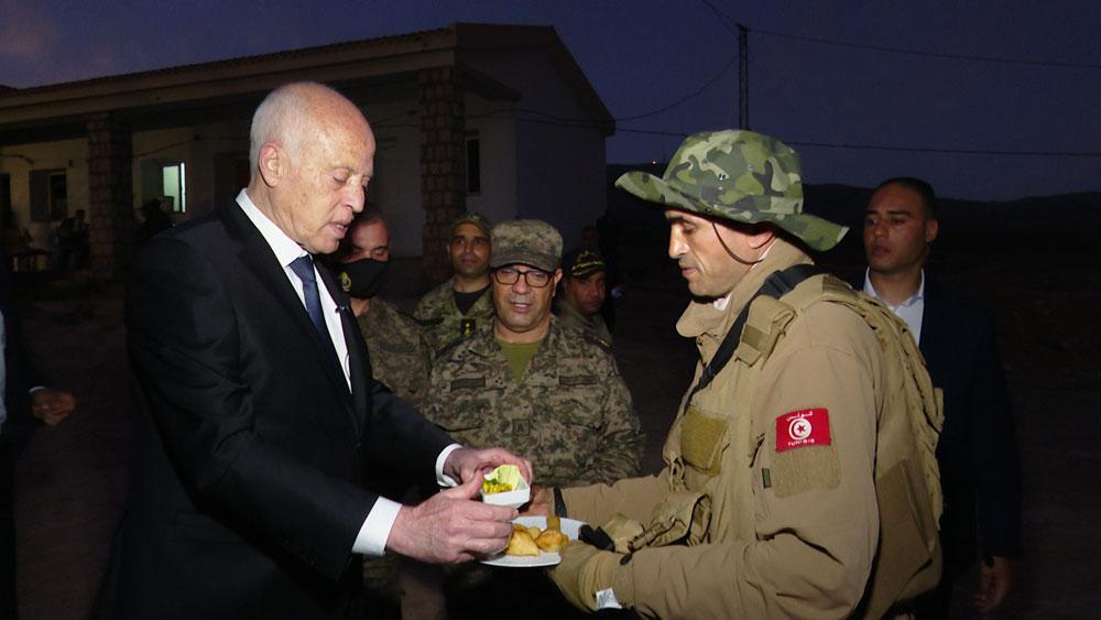بالصور : قيس سعيد يحضر مأدبة إفطار بالمنطقة العسكرية المغلقة بجبل الشعانبي