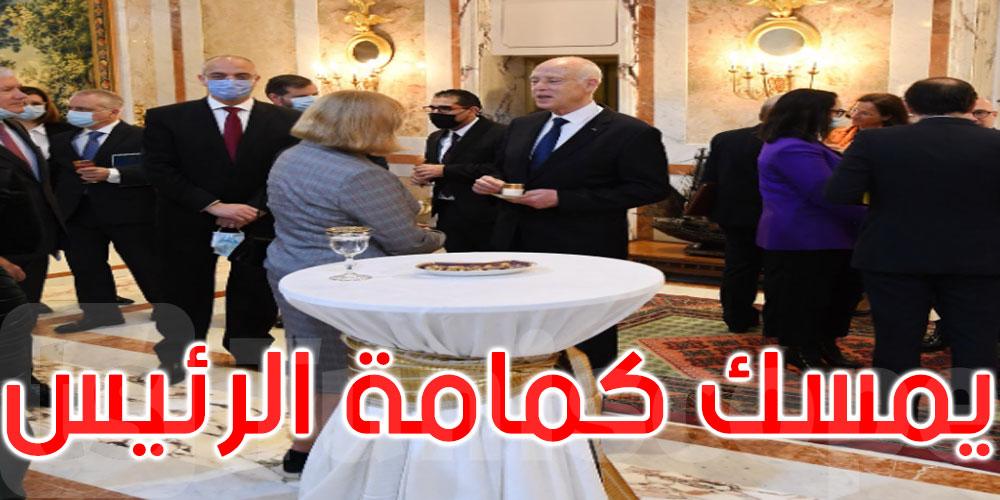 صورة: سعيد يتناول القهوة مع سفيرة أوروبية ومسؤول ينتظره ممسكا له كمامته