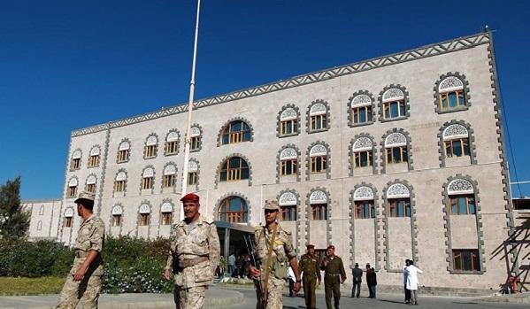 La coalition dirigée par Ryad bombarde le ministère de la Défense à Sanaa
