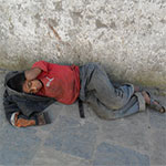 La police tombe sur un enfant SDF égaré dans les rues de Tunis