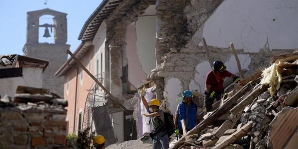 Séisme en Italie: 241 morts, les questions fusent