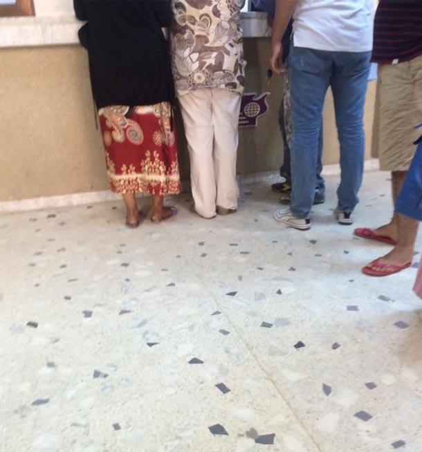 Une file pour les hommes et une autre pour les femmes dans un bureau de poste à Sfax....