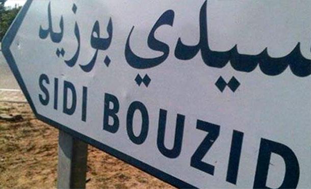 Des protestataires à Menzel Bouzaïene se dirigent à pied vers Tunis
