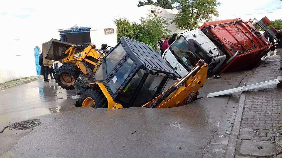 بالصور : طريق سليمان يبتلع شاحنة و جرّافة