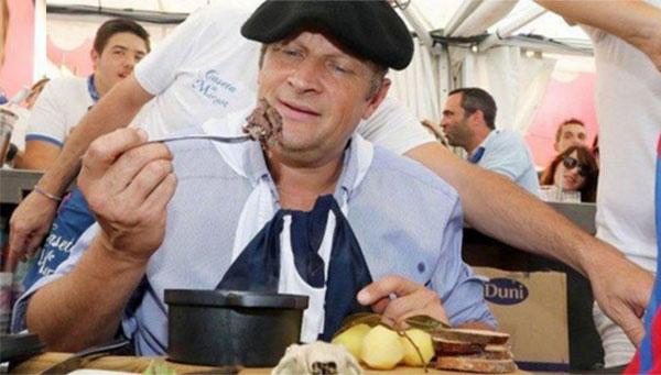 بالفيديو: رئيس بلدية فرنسية يأكل فأراً بعد خسارته رهاناً