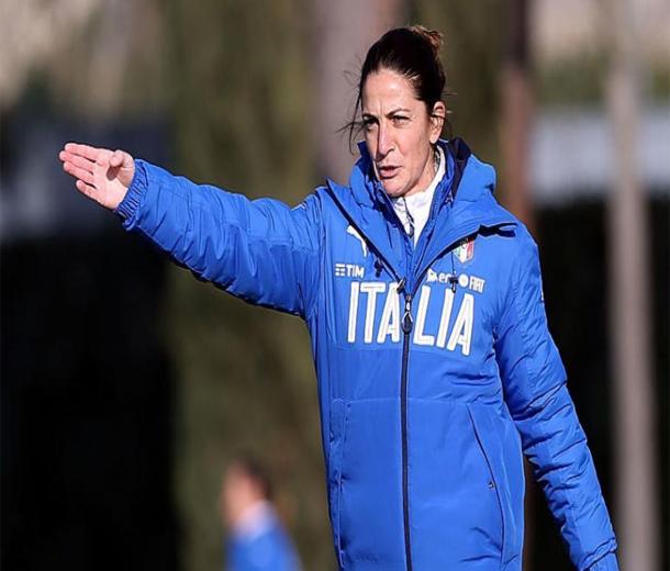 أول سيدة تدرب فريقا للرجال في تاريخ كرة القدم الإيطالية