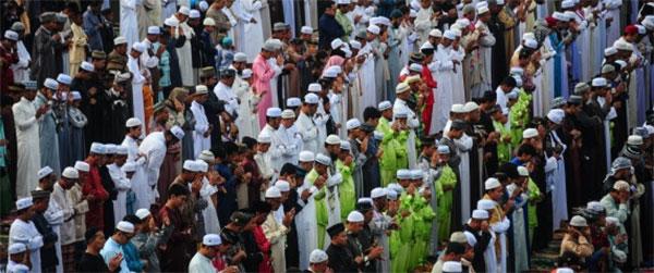 مسلمو تايلاند يصلُّون على الملك الراحل بوميبون أدولياديغ..