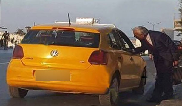 صورة اليوم: بعد تسليم المهام..كمال العيادي يغادر الوزارة على متن سيارة أجرة