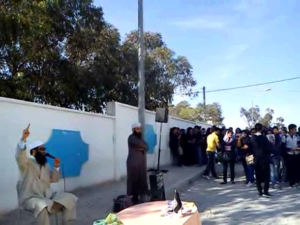 Une tente de prédication devant un lycée à Akouda : Le directeur de l'établissement explique