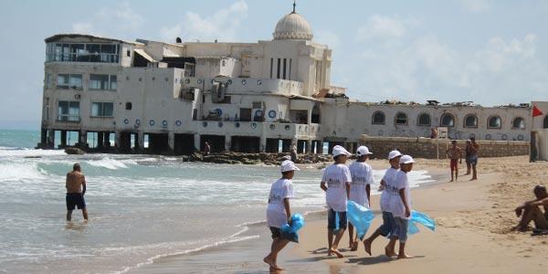 En vidéo : Les enfants de SOS Gammarth et TOTAL nettoient la plage de la Marsa