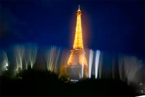 La Tour Eiffel éteinte en hommage aux victimes de Marseille et Las Vegas