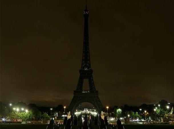 برج ايفيل بفرنسا يطفئ أنواره حدادا على ضحايا الهجوم الإرهابي في مصر
