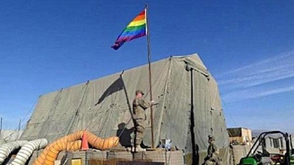 البنتاغون يسمح لأحد المتحولين جنسيا بارتداء زيه العسكري في استعراض لأمثاله