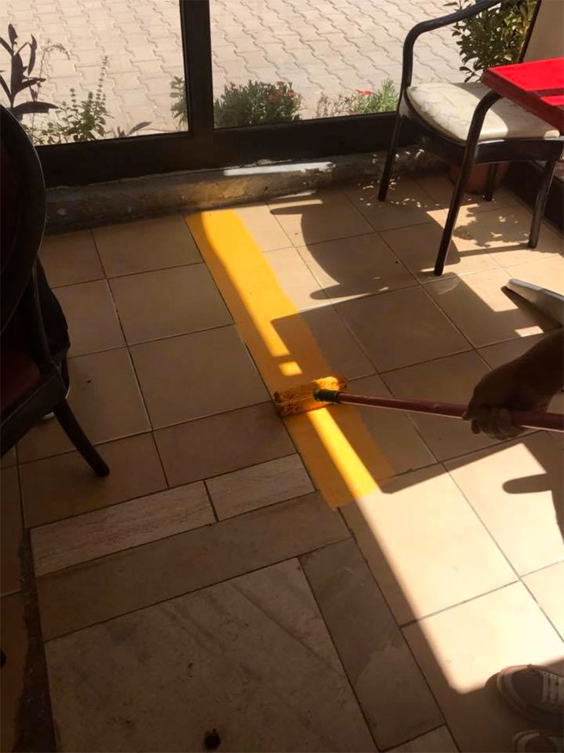 en photos une ligne jaune pour limiter les terrasses des caf s d 39 ennasr. Black Bedroom Furniture Sets. Home Design Ideas