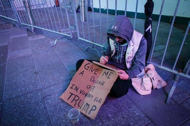 En photos : Donnez-moi un dollar ou je vote pour Trump