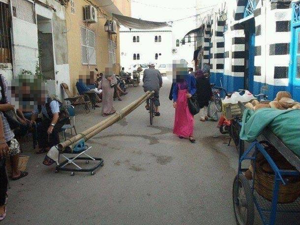 Photo du jour : Une Bicyclette et un trotteur pour transporter des tubes