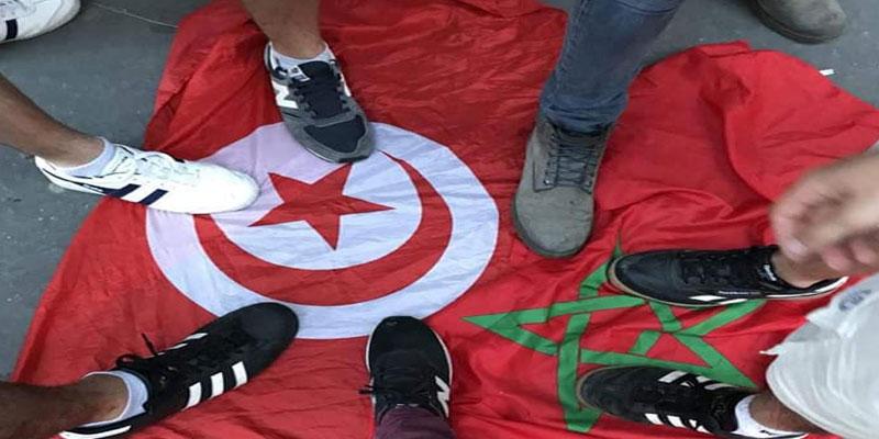 صور: العلم التونسي تحت أقدام الفرنسيين