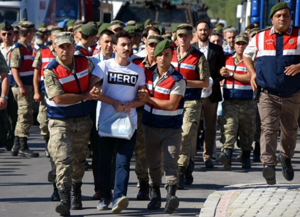 الأمن التركي يقبض على 15 شخصا بسبب ارتدائهم قمصانا تحمل كلمة بطل