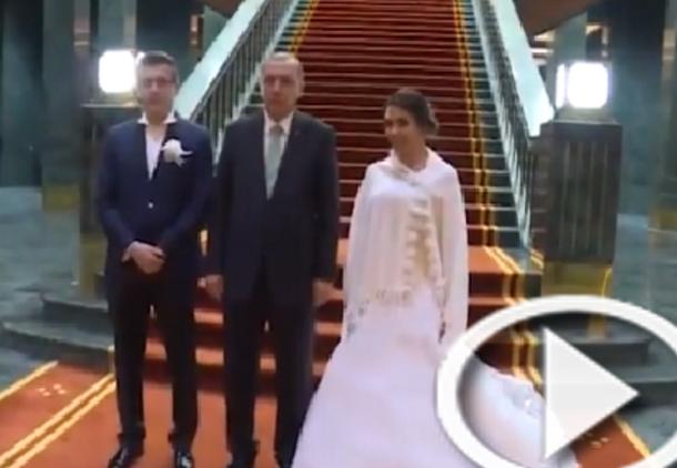 فيديو: أردوغان يستضيف في قصره عروسين احتفلا بفشل الانقلاب
