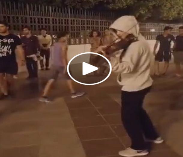 بالفيديو: عازفة الكمان التونسية ياسمين عزيز تعزف في الشارع للمارة في ساحة القصبة
