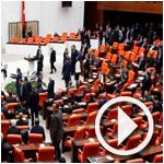 بالفيديو: لكمات وتراشق بقوارير المياه في البرلمان التركي