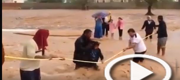بالفيديو: هكذا تطوع مواطنون لإنقاذ تلاميذ من الوادي