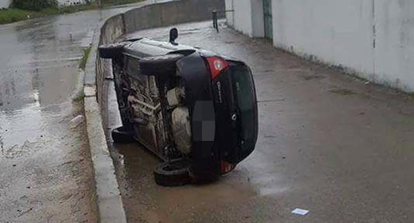En photos : A cause du mauvais temps, une voiture se renverse à Bizerte